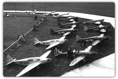 Skupina Zlínů Z-XII při leteckém dnu na letišti v Otrokovicích